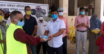 Distribution of masks to doctors and media workers in Kalapara